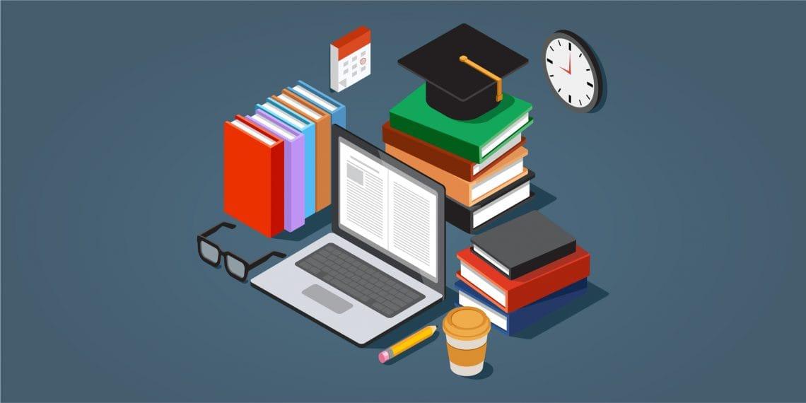 ноутбук и стопка книг