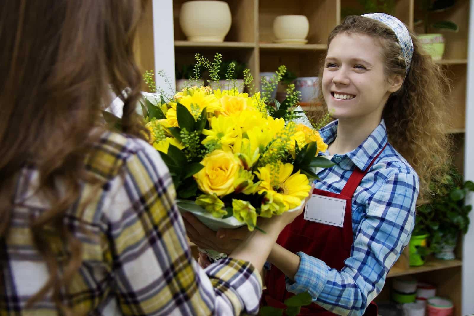 Флористы-продавцы умеют превратить желание клиента в цветочное произведение искусства